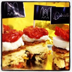Pastel de queso de cabra, tomate seco y albahaca